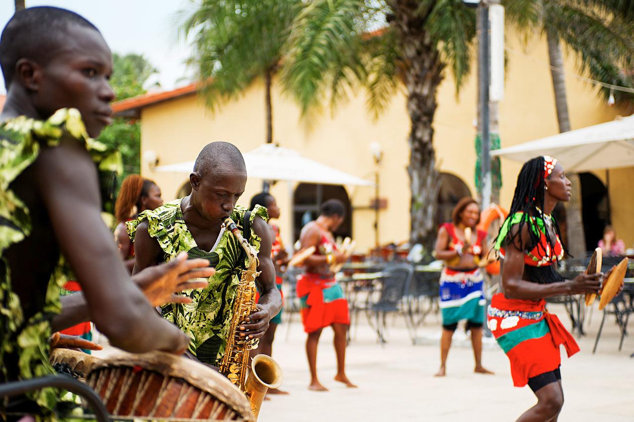 Gambia - Lokal underholdning ved bassengkanten
