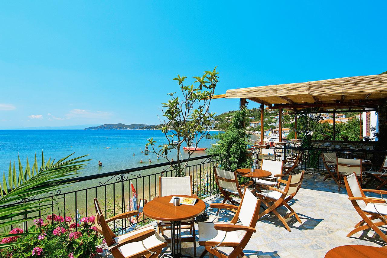 Fra hotellets restaurant har du utsikt over Megali Ammos-bukten
